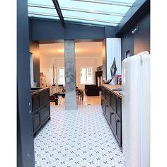Une cuisine avec un sol carreaux de ciment , ciment tiles, home, kitchen, verrière
