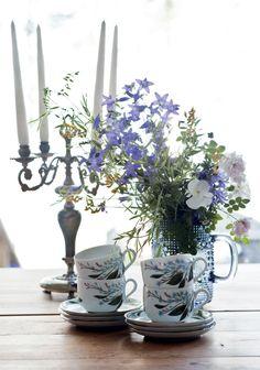 Liisalla on paljon vanhoja perintöastioita. Kuvan kahvikupit on peritty Liisan tädiltä.