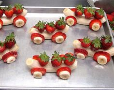 Autos aus Erdbeeren und Bananen. Super für Kinder