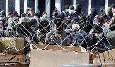 ウクライナ東部ドネツク(Donetsk)で、バリケードを築いて行政庁舎を占拠する親ロシア派の活動家たち(2014年4月7日撮影)。(c)AFP/ALEXANDER KHUDOTEPLY ▼7Apr2014AFP|親ロシア派、東部ドネツクで「共和国」樹立を宣言 ウクライナ http://www.afpbb.com/articles/-/3011953 #eastern_Ukraine #Donetsk