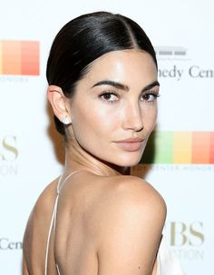 Pretty makeup doesn't have to mean pounds of product—especially if you're aesthetic falls on the no-makeup makeup side of the spectrum. Perfect example: Lily Aldridge's fresh-faced makeup look for the Kennedy Center Honors.