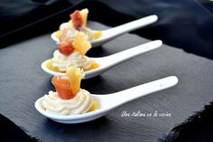 Mousse de queso con peras caramelizadas y jamón Canapes Gourmet, Mousse, Finger Foods, Birthday Candles, Entrees, Catering, Spoon, Cooking, Tableware