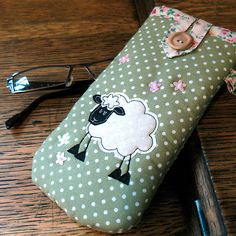 Sheep Glasses Case I could make this. Free Motion Embroidery, Free Machine Embroidery, Patchwork Bags, Quilted Bag, Fabric Crafts, Sewing Crafts, Diy Sac, Small Sewing Projects, Glasses Case