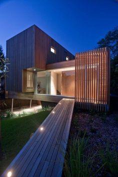 brise soleil, construction moderne, allée en bois et façade avec pare-soleil en bois