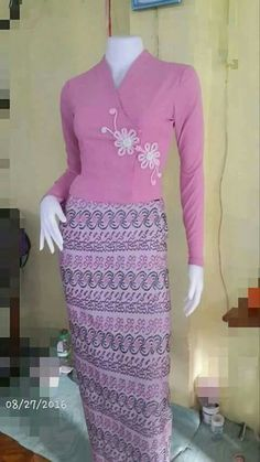 Myanmar Traditional Dress, Thai Traditional Dress, Traditional Dresses Designs, Traditional Outfits, Simple Formal Dresses, Beautiful Dresses, Nice Dresses, Classy Fall Outfits, Myanmar Dress Design