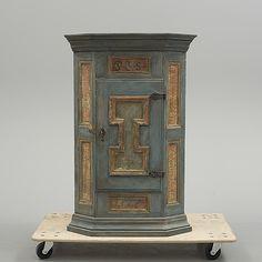 HÖRNSKÅP Barock, 1700-tal.  Målat. Dörr med bakomliggande hyllplan. Bredd 78, djup 53, höjd 118 cm. Nyckel finns.