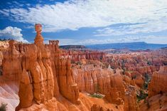Bryce Canyon, Utah, USA  Der Bryce Canyon liegt auf über 2000 Meter Höhe und ist zum Nationalpark erklärt worden, um die pyramiden-ähnlichen Felsformationen zu schützen. Diese säulenartigen Formen tragen übrigens die klingende Bezeichnung Hoodoo!