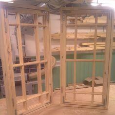 Nytillverkade fönster. Kopplade 2-glas. Återstår oljning, glasning, kitt och målning. #fönster #fönsterkarm #snickeri #finspröjsat #glasveranda #spröjsadefönster #byggnadsvård #fönsterhantverk #fönstermakare #1800tal #lövesparfbygg #uppsala #björklinge #hantverk #design #furu #kulturbeslag
