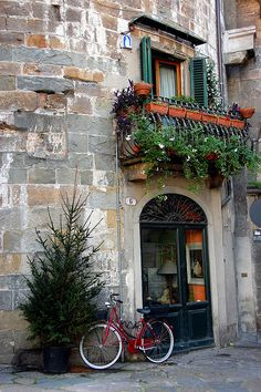 Atelier Casa - Lucca - Italy. Lucca located in Northern Tuscany is a great area for bicycle touring.