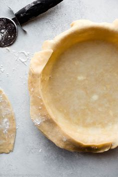 Here are instructions and a video tutorial showing you how to blind bake pie crust for lemon meringue pie, pumpkin pie, quiche, and pudding pie! Perfect Quiche Recipe, Perfect Pie Crust, Quiche Pie Crust, Baked Pie Crust, Sweets Recipes, Fun Desserts, Baking Recipes, Baking Tips, Dessert Ideas