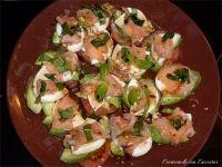 Ensalada de tomate, aguacate y salmón ahumado con queso fresco. Una ensalada diferente, con ingredientes que todos conocemos y tenemos al alcance de l...