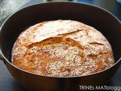 Her kommer nok en variant av det eltefrie brødet, bakt med speltmel. Resultatet ble nok en gang et luftig og velsmakende brød, som jeg gjerne anbefaler videre.