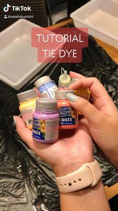Fête Tie Dye, Bleach Tie Dye, How To Tie Dye, Tie Dye Tutorial, Ty Dye, Tie Day, Diy Fashion Hacks, Diy Tie Dye Shirts, Tie Dye Crafts
