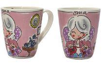 Bijpraten en theedrinken met Oma wordt nog gezelliger als je haar deze vrolijke theemok Oma van Blond Amsterdam cadeau geeft. Er is trouwens ook een variant voor Opa, mama en papa, dus cadeautip voor Moederdag en Vaderdag! Verder is er ook nog een variant voor Kerst en Sinterklaas, en er is speciale thee verkrijgbaar met leuke tekeningen van Blond Amsterdam.