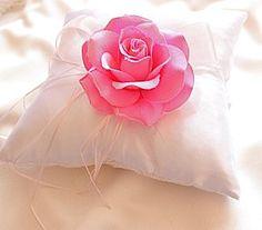 Coussin d'alliance blanc avec grosse rose artificielle