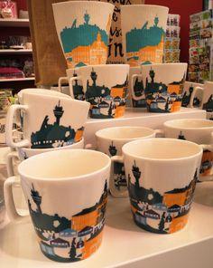 Kuopio muki (18,90€), jossa on ihanasti sommiteltu maamerkkimme Puijo, Kallaves, torin Veljmies - ja Siskotyttö patsaat. Mugs, Tableware, Dinnerware, Tablewares, Mug, Place Settings