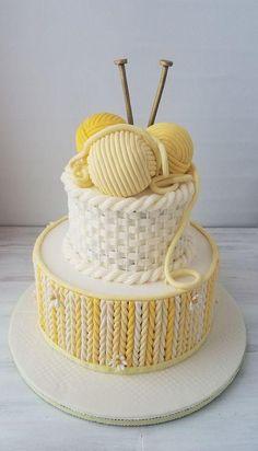 Hoy quiero mostrarte una selección de tortas o tartas decoradas con motivo de tejidos de dos agujas y crochet que te inspirarán y ayudarán en tu elección para celebrar un cumpleaños o aniversario con temática de tejido o tejedora.