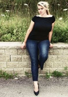 This is such an elegant yet casual shot of plus size model Plus Size Photography, Photography Women, Senior Photography, Pictures Plus, Poses For Pictures, Plus Size Fotografie, Senior Picture Outfits, Senior Pictures, Senior Pics