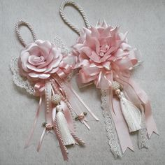 Sweet - idea for decorative bow or tassel! Shabby Chic Crafts, Shabby Chic Pink, Diy Ribbon, Ribbon Work, Lace Flowers, Fabric Flowers, Lace Bouquet, Beaded Garland, Silk Ribbon Embroidery