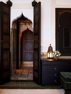 Innenraum des La Mamounia-Hotels, Marrakesch, Marokko – Diidaa - Home Accessories Trend Design Marocain, Style Marocain, Moroccan Design, Moroccan Tiles, Moroccan Lanterns, Modern Moroccan Decor, Modern Boho, Moroccan Furniture, Dark Furniture