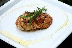 Pierś kurczaka z grilla w lekko słodkiej, rozmarynowej marynacie. Dzięki niej mięso jest niezwykle aromatyczne i delikatne, lekko słodkie ...