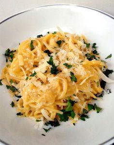 Espaguete com molho de cebolas caramelizadas (receita de uma panela só)