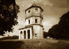 """LO SPARTITO DEL DIAVOLO - La chiesa è stata ricostruita verso la fine del  XVII secolo – più esattamente intorno al 1696, su progetto di Antonio Bertola (1647-1715) e ha subito successive modifiche dovute a Giovanni Battista Scapitta (1653 – dopo il 1710), il quale si orientò verso una curiosa, diversa, planimetria. Qualcuno oserebbe dire """"blasfema""""…"""