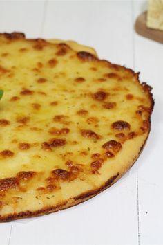 La Pizza bianca si differisce dalla classica pizza rossa, dal fatto che non è condita con salsa di pomodoro ma arricchita con abbondante formaggio, condita con origano e olio; molto semplice ma gustosa!