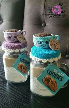 christmas cookies in a jar Weihnachtspltzchen Glashubchen Crochet Christmas Gifts, Holiday Crochet, Crochet Gifts, Chat Crochet, Crochet Cozy, Amigurumi Patterns, Crochet Patterns, Knitting Patterns, Crochet Jar Covers