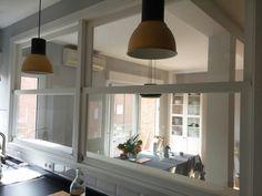 Ventana d guillotina lacada a medida, vista desde la cocina.