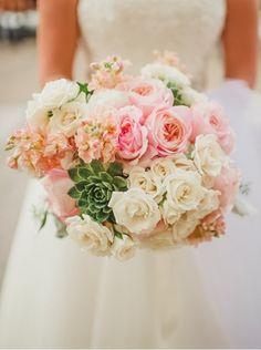 bouquet de mariée rond de roses blanches et plantes succulentes