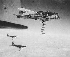 Alliierte Bomber:  B-17-Flugzeuge werfen am Ende des Zweiten Weltkriegs Bomben...