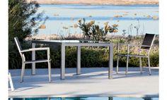 Fabuloso y práctico comedor de terraza y jardín comuesto por una fantástica mesa con cristal negro y dos sillas muy amplias y cómodas