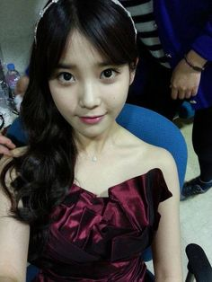 Of all her thousands of fans, there is one person who K-pop singer IU is still aiming to impress--her mother. Beautiful Voice, Most Beautiful Women, Korean Beauty, Asian Beauty, Mother Song, Painting The Roses Red, Pop Singers, Cute Korean, Girl Day