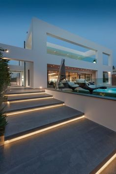 Diese moderne Villa in Glyfada, einem der vornehmsten und luxuriösten Vororte A. This modern villa in Glyfada, one of the most distinguished and luxurious suburbs of Athens, was designed by the architecture firm Dolihos Architects. Villa Design, Design Hotel, Modern House Design, Modern Interior Design, Interior Architecture, Luxury Interior, Luxury Decor, Landscape Architecture, Contemporary Architecture