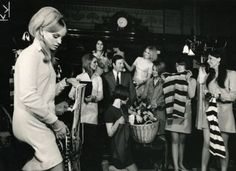 Barbara Hulanicki and her husband in the sixties with Biba models. Biba Fashion, 60s And 70s Fashion, London Fashion, Barbara Hulanicki, London Tumblr, Blue Lipstick, Swinging London, Twist And Shout, Barbra Streisand