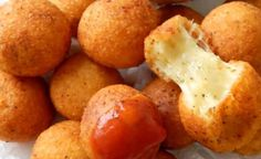HOME donut with cheese Ingredients: Mozzarella 500 g 3 tablespoons Parmesan. 100 g flour Oregano h. Hungarian Desserts, Hungarian Recipes, Meat Appetizers, Cheese Ball Recipes, Romanian Food, How To Make Cheese, International Recipes, Ketchup, Love Food