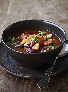 En fyldig, gloende hed suppe er lige, hvad der skal til for at give os varmen. Her har vi fyldt den med kidneybønner og bacon med masser af smag.