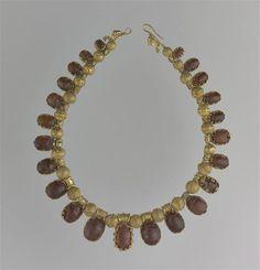 Collier avec scarabées - PERIOD: Classical Greece (480-323 B.C). Etruscan period (8th-3rd century B.C). Hellenistic period (323-31 B.C) PRODUCTION SITE: Etrurie (région historique) (origine), Tarente (origine), DISCOVERY SITE: provenance incertaine, Vulci (origine). TECHNIC/MATERIAL: cornelian , gold (metal).   Photo (C) RMN-Grand Palais (musée du Louvre) / Stéphane Maréchalle.