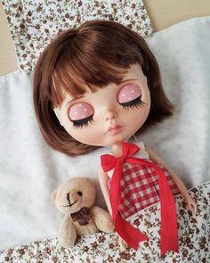 Shhhh... es hora de su siesta.  __________________ #Sonydolls #blythedoll #custombysony #customblythe #blythe #dollphotography #dolls #muñeca #poupee #boneca #toys #flowers #blythecarrier #love #babyface #sleepy #handmade #teddybear #nap #mexico #puebla #weekend #friday #freckles #reddress #blythestagram #dollstagram #Josefa