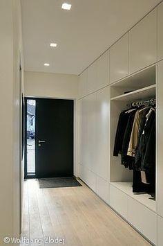 Modern | ombiaiinterijeri глухой фасад и открытое хранение одежды.