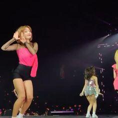 Nayeon, Kpop Girl Groups, Kpop Girls, Twice Video, Cute Sweatpants Outfit, Dance Kpop, Fandom Kpop, Pops Concert, Stray Kids Seungmin