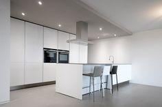 Progetto Cucina Varenna Poliform. Cucina moderna di design laccata opaca con piano in ceramica effetto metallico.