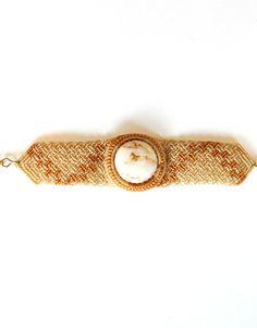 Makramee-Armband mit eingearbeitetem Stein