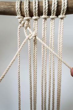 The comprehensive guide to macrame. Video explanations of all common macrame knots and monthly new macrame patterns. Macrame Wall Hanging Diy, Macrame Art, Macrame Knots, Micro Macrame, Chevron Friendship Bracelets, Friendship Bracelets Tutorial, Rope Crafts, Yarn Crafts, Diy Crafts