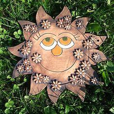 Velke kameninove zavesne slunce prumer cca 26cm zdobene patinou a glazurou Slunce ma dve dirky pro priadne prisroubovani zvenku na dum....