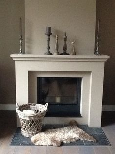 Home.- mooie strakke offwhite schouw - kiezel muur - Decor, Home Decor Inspiration, Home Living Room, Cozy Fireplace, Home Fireplace, Cottage Renovation, Fireplace Design, Cottage Interiors, Cardboard Fireplace