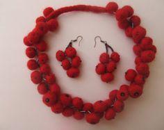 Collar de lana fieltro, regalo. Collar de Annie. Diseño conjunto de 2 piezas. Joyería de los pendientes.