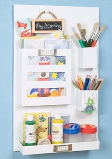 This mounted magnetic board includes its own strongly magnetic hooks, pen pots and storage trays for keys, pens, papers and important bits and pieces – perfect for all those things you always need but can never find! Keep the containers and their precious contents on the board, or carry them about as you need them.