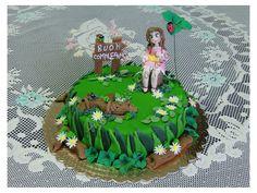 """Ecco una delle mie ultime creazioni intitolata """"Quadrifoglio di Primavera"""".  Questa è una torta realizzata per il sedicesimo compleanno di una ragazza per il quale ho scelto un pan di spagna con bagna alla vaniglia e farcitura con crema al caffè.  La torta presenta un prato con tronchi d'albero e margherite inoltre una si vede la ragazza seduta sul mezzo tronco d'albero,con un quadrifoglio che le fa ombra insieme ad alcune coccinelle.  La festeggiata è stata molto sorpresa!"""